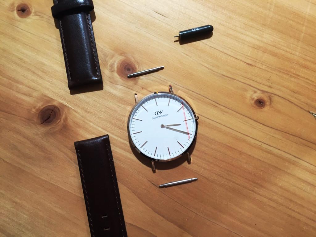 交換用ベルトには、 バネ棒が付いておりませんので、 交換時にも、 もともとベルトに付いていたバネ棒を使用します。
