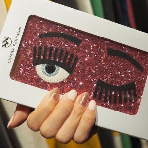 キアラフェラー二のグリッターiPhoneケースに夢中!手元からハッピーを呼び込むピンクネイル♡