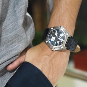 男の人の腕に似合う「CP5」のステンレスウォッチ
