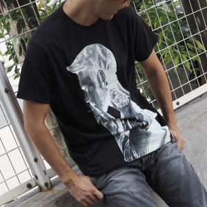 スタイリッシュに決まるSPENDのブラックTシャツ