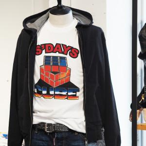 80年代テイストをアウターからチラリ☆S'DAYSのルービックキューブTシャツ