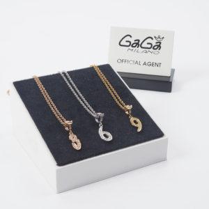 首元で違いを見せる!GaGa Milanoのナンバーネックレスで視線を集める!