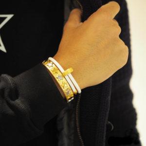 冬の腕元で輝くゴールドカラー!重ねづけでオシャレな腕元に