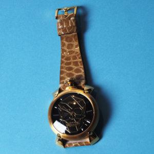 GaGa MILANO|ブラックスカルが視線を奪う!スーツの間から覗かせる腕時計