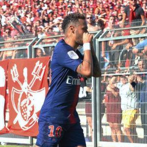 "PSG所属・ネイマール選手が、ピッチに乱入してきた少年に対しての""神対応""が話題に!!"