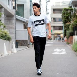 ビッグロゴがコーデの決め手!BALR.の新作Tシャツでシックなスタイルに!