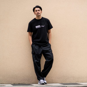 "STAMPD|ユニークなバックプリント""PRIME TIME TEE""でモノトーンコーデ!"