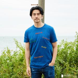 インディゴブルーのポップなデザインTシャツで夏のオシャレを楽しむ!