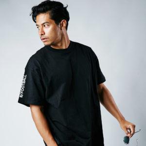 B/|オーバーサイズで魅せるTシャツは大人の余裕を演出