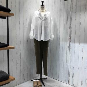 """UN/BALANCE ブランドらしさ溢れる上品な""""白シャツ""""で大人の女性を演出。"""