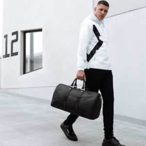 旅行や出張に最適な高級感あふれるレザーのバッグでワンランク上の大人に!!