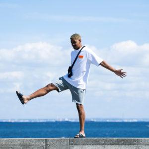 夏を先取り!今年の夏は清涼感のあるグレーのショートパンツを膝上丈で履きこなす!