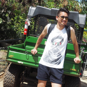 暑い夏に熱く楽しむTシャツスタイル – 腕まくりTシャツを着こなす!